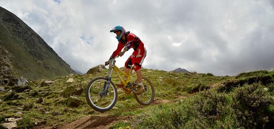 La adrenalina del Downhill sobre dos ruedas