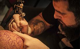 Los conductores de RNB se tatuaron para el programa Nº 10, mirá: